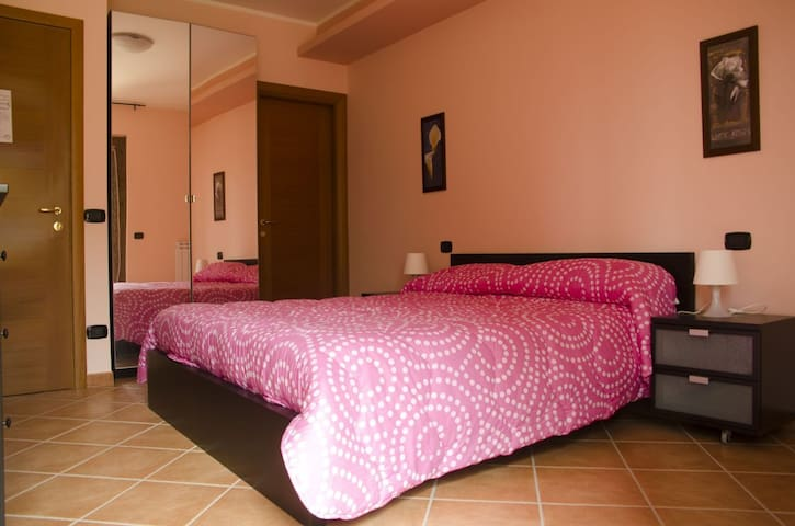 CAMERA MATRIMONIALE IN B&B CON POSTO AUTO - Valmontone - Bed & Breakfast