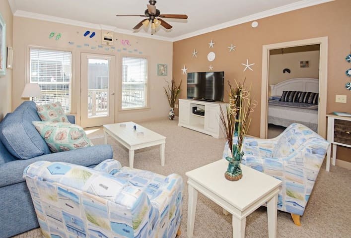 Beautiful 2 bedroom easy beach access, pool and elevator (SP202 - Sandy Toes)