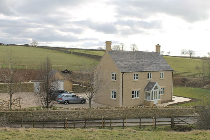 Cotswold farmhouse in rural setting - Long Newnton - Hus