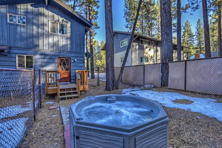 Bear's Den: Walk to Snow Summit! Hot Tub! Fenced Yard! Cable TV! Affordable! Location!