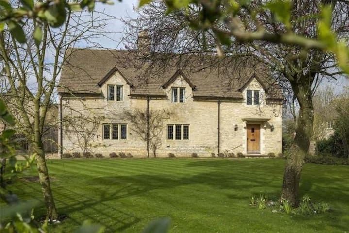 Beautiful Large, 3 Bed Cottage in the Cotswolds.