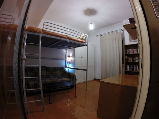Room near A Metro, few min. from the city center.