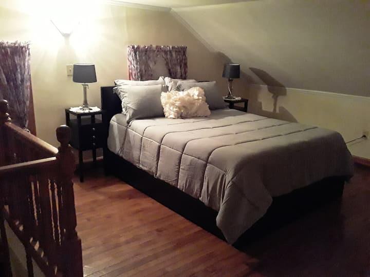 Comfy cozy apartment close to ports