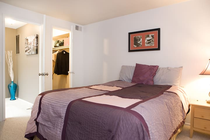 Relaxing Private bedroom -  Metro Area