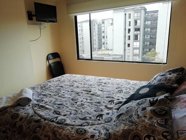 Segunda habitación. Con tv y armario y mesa de noche.