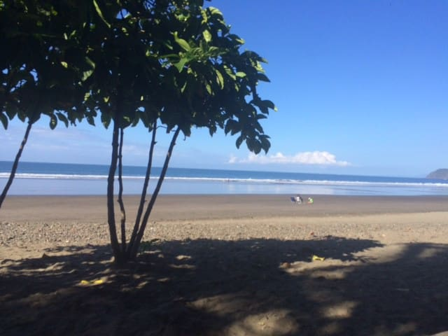 Beachfront, quiet, affordable condo. - Jacó - Condominium