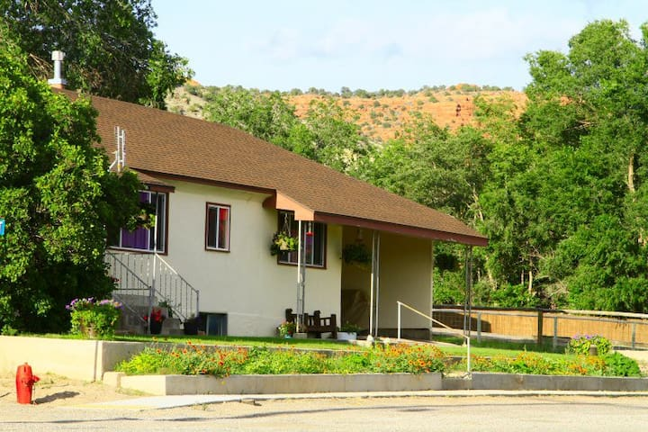 Cheerful Bungalow near Capitol Reef - Bicknell - House