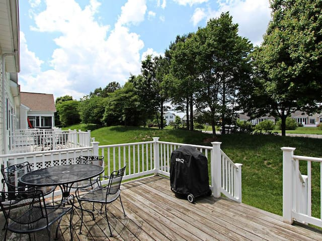 4OCT: 3BR Bear Trap TH - Steps to Pools, Beach Shuttle Stop, Tennis, Saunas....