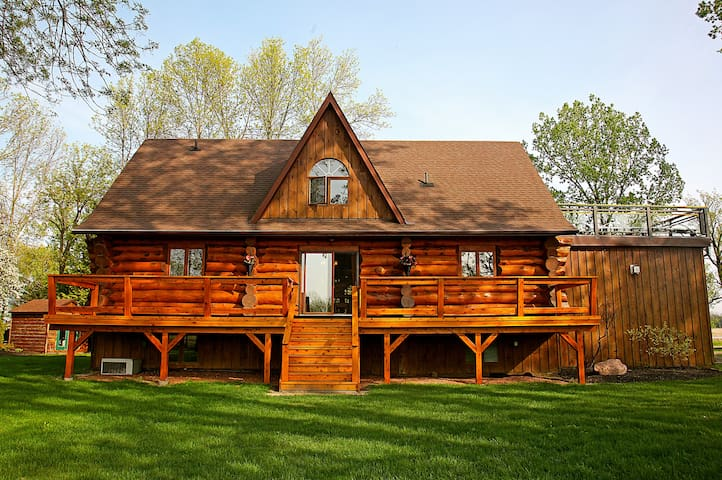 Presqu'ile Bay Luxury Log Home - Brighton - House