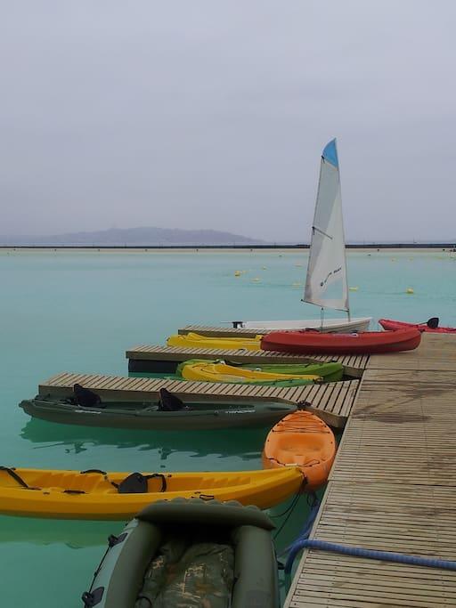 Hay Kayaks disponibles para el su uso gratuito