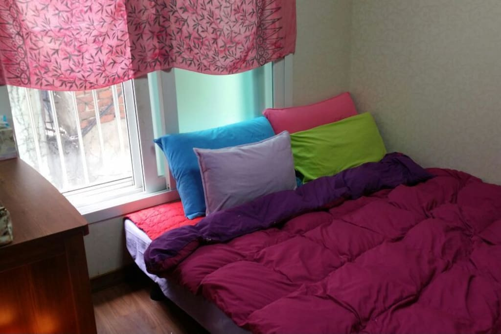 Bed room with big queen size bed