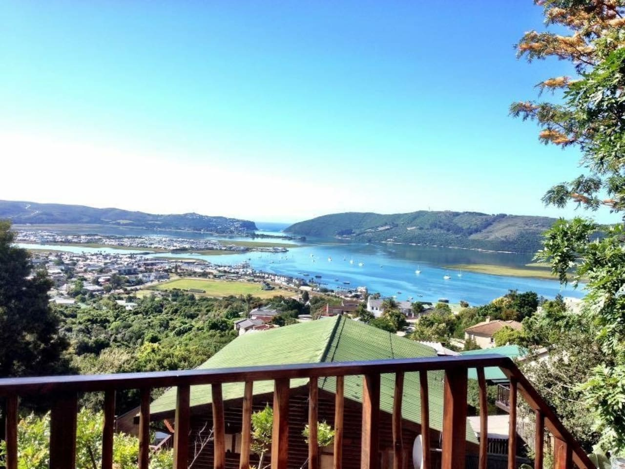 The ultimate Knysna experience! Breathtaking views, excellent location close to restaurants and shops and sight seeing activities where you'll also get discounts on certain activities. Book now you won't be disappointed ;-)
