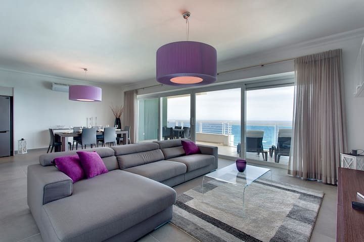 Amazing seaviews from the open-plan Living/Dining area