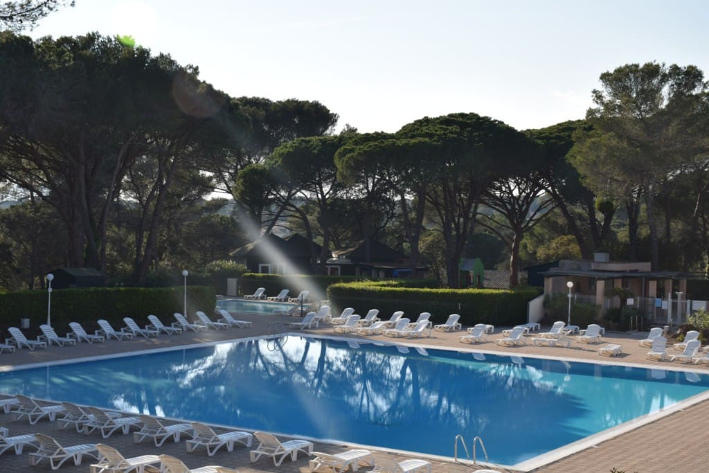 La piscine de 400 m2 chauffée d'avril à octobre