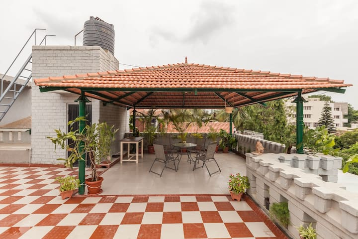 LIBRA- Bright, vibrant room, huge terrace - Bangalore - Hus