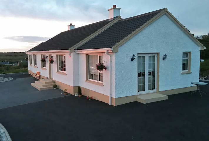 Ardara relaxing home, wonderful views room 1