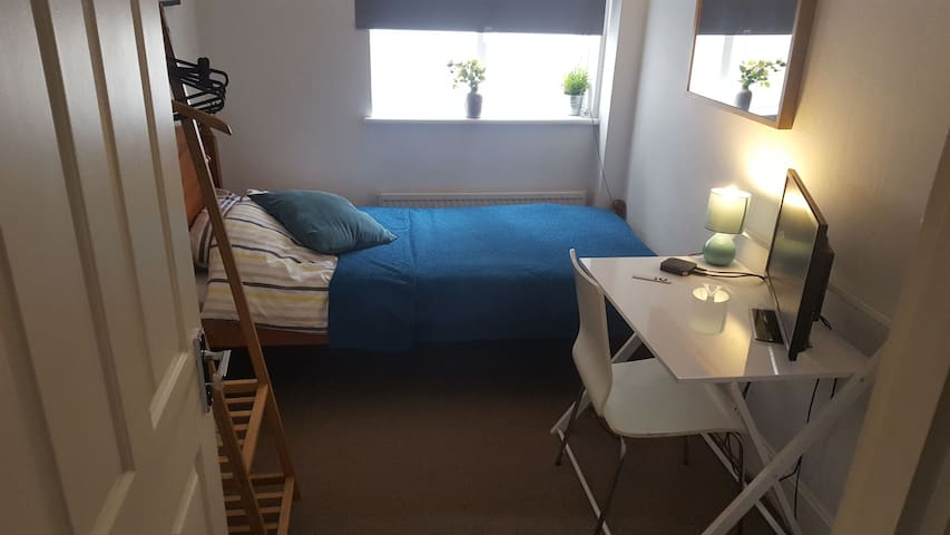 Cosy single room in cool pad near central Brighton