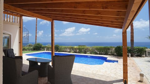 Prabangi vila su baseinu poilsiui prie jūros
