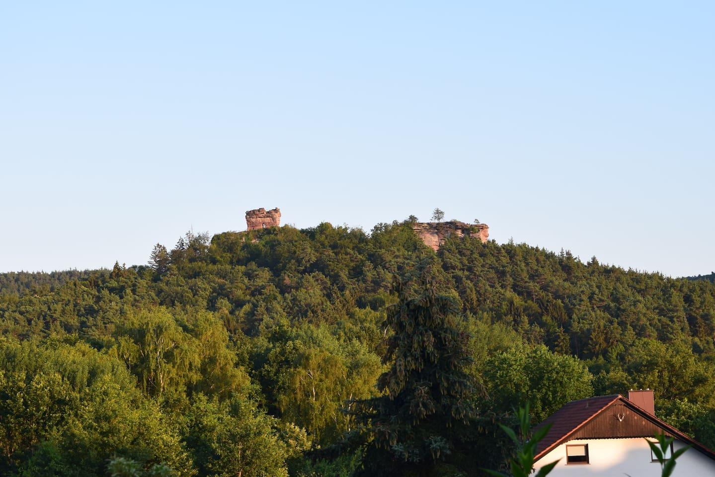 Aussicht von der Terrasse auf Burg Drachenfels