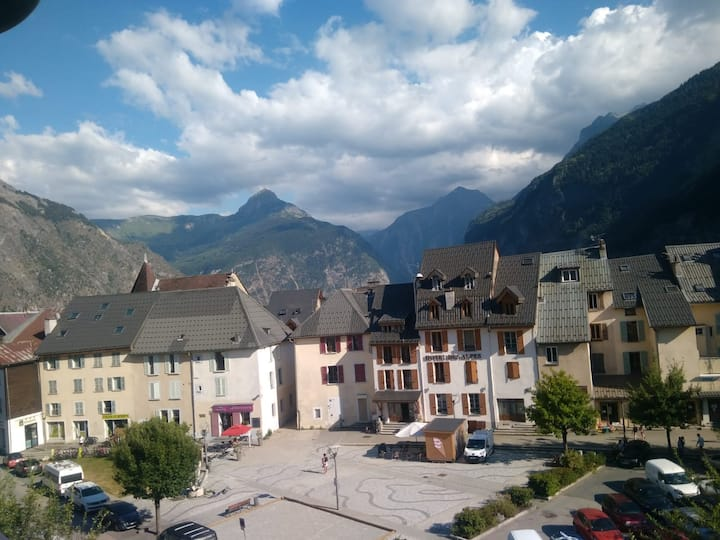 Modern studio centre Bourg d'Oisans, great view
