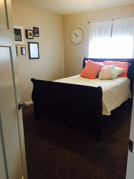 Guest room w/ double bed