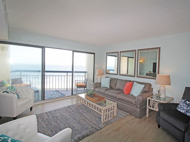 This is a very large unit, almost twice the size of the average oceanfront two bedroom condo!