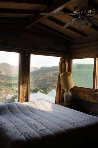 Habitaciones rústicas con vista increible. - El Pueblito - Kulübe
