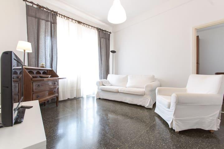 Appartamento luminoso, comodo per brevi soggiorni. - Genua - Apartament