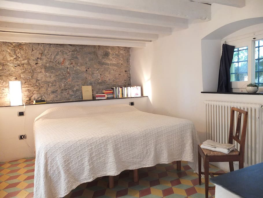 Camera da letto sullo sfondo il muro del 1200