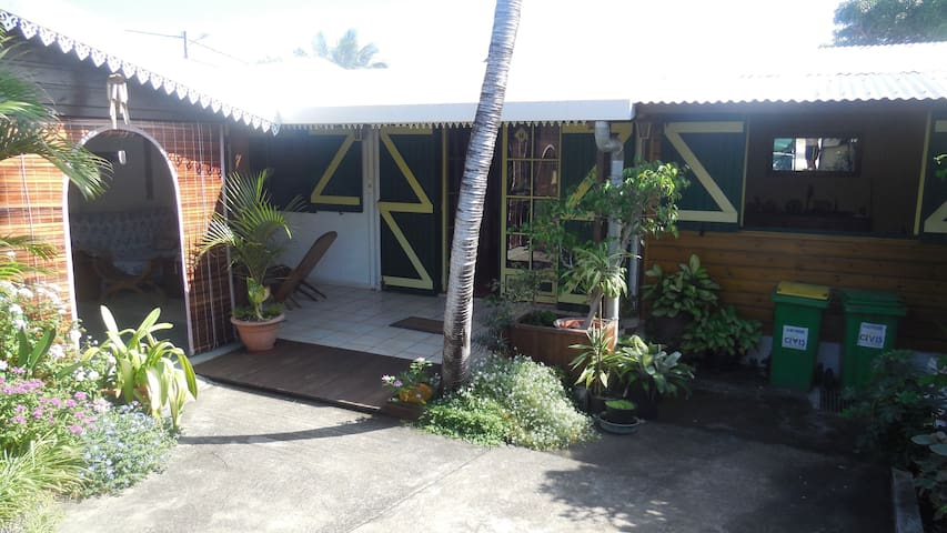 Chambre climatisée dans maison créole - Saint Pierre