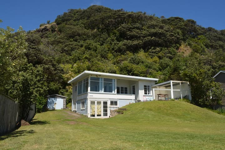 """The Dunes""  50's Beach Front Bach. - Piha - House"