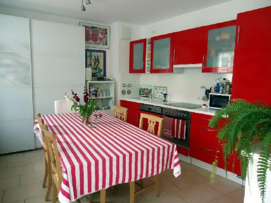 Einbauküche + Tisch  2mx1m
