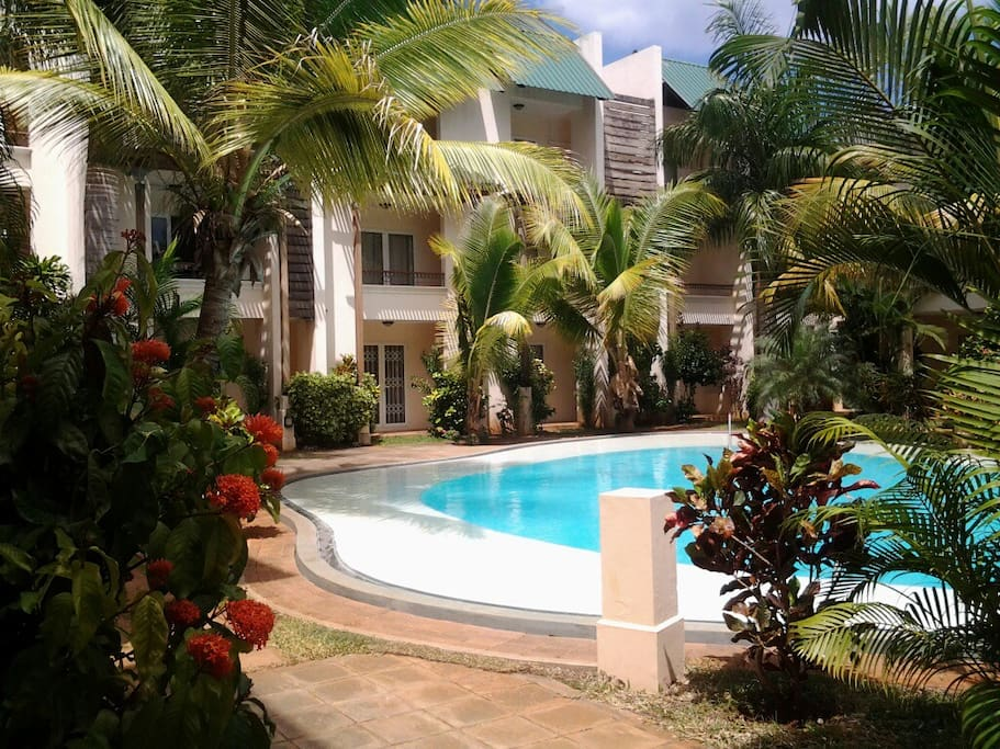 Lovely beach condo in flic en flac appartements louer for Campement a louer avec piscine a flic en flac