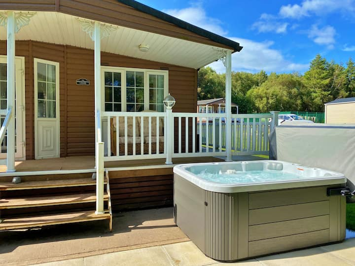Juniper Lodge, personal hot tub, pet friendly, free golf on Percy Woods Country Park, Northumberland