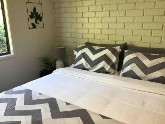 2nd bedroom - Option 1 Queen Bed