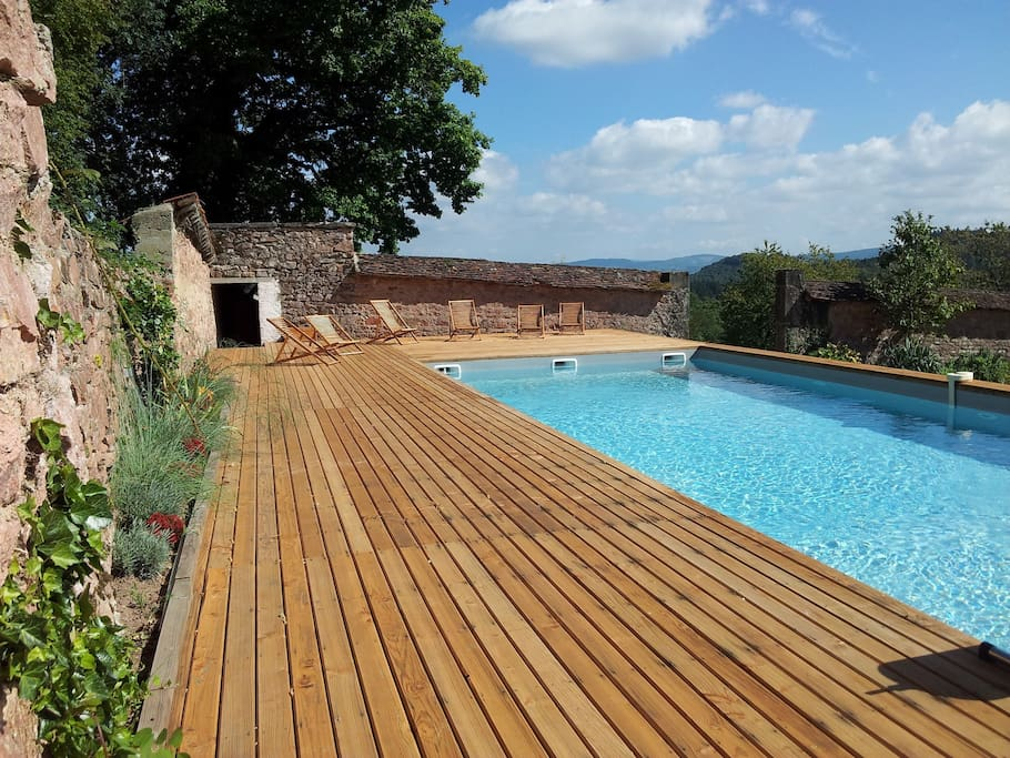 Piscine et sa terrasse en bois