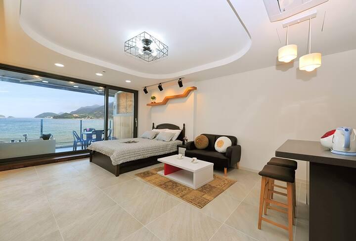 고급스러운 인테리어와 스파를 즐길 수 있는 베란다가 있는 303호 객실
