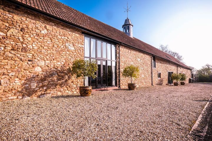 STYLISH SOMERSET BARN SLPs  2-16 - West Buckland - House