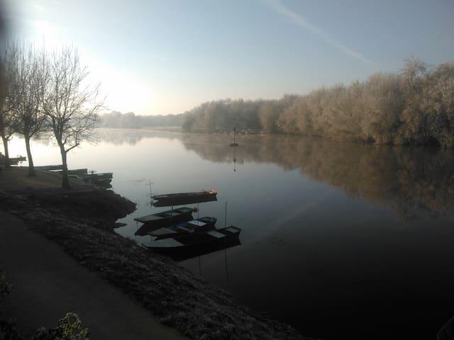 La quiétude au bord de la rivière