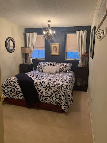 Guest Bedroom (2) - queen size bed