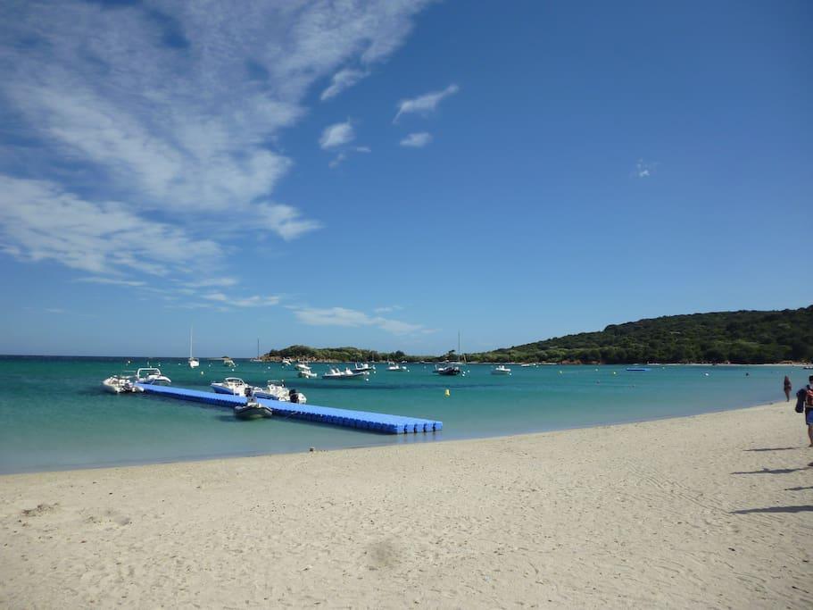 Belle plage de sable blanc à proximité.