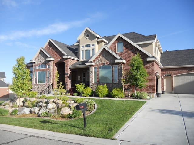 Private Bed/Bath Large Family Home - Kaysville - House
