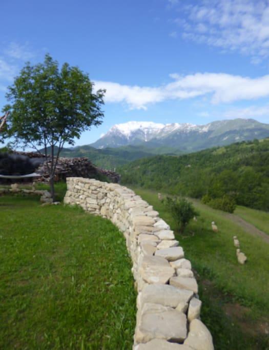 Muro a secco in giardino con vista monte Vettore