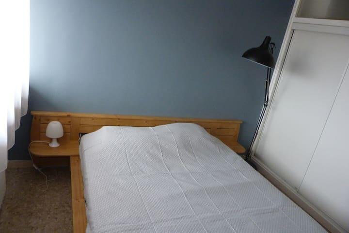 La chambre avec un grand lit de 160x200 et un placard