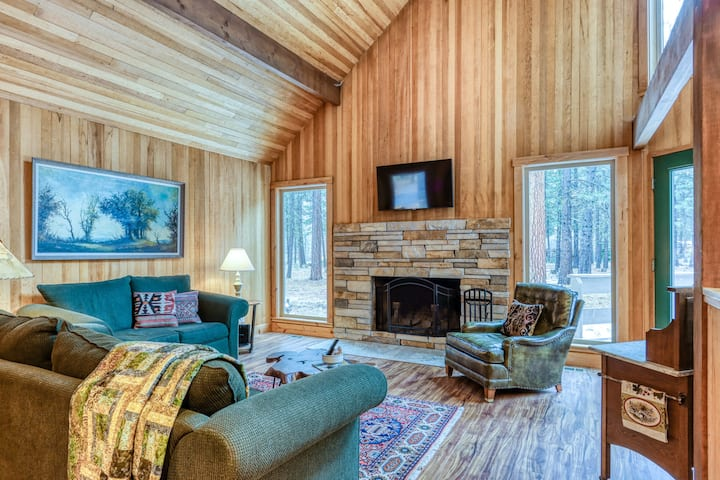Cozy, light-filled cabin w/ shared pool, hot tub, sport courts & high-speed WiFi