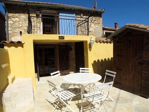 Charmante maison de village avec grande terrasse et parking gratuit