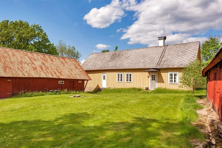 Charming old house with lake-view, own boat - Ullared - House