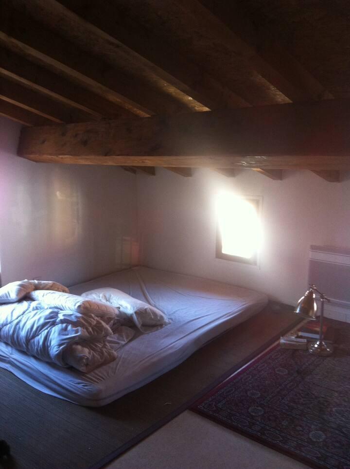 Chambre isolée dans maison de poupée très agréable