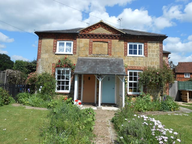 Historic cottage in village location - Shamley Green - House