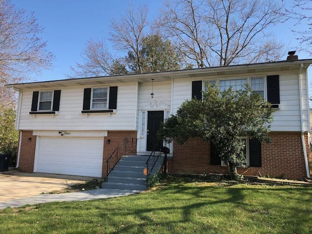 Charming 3 b/r Corner SFH close to National Harbor